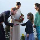 Le couple est accueilli par les filles de l'ambassadeur