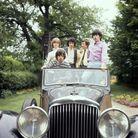 Le groupe dans une voiture vintage, en 1964.