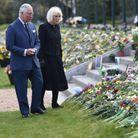 Charles et Camilla ont observé les fleurs et les messages de condoléances déposés par le peuple anglais