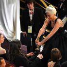 Lady Gaga montre fièrement son oscar