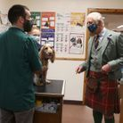 Le prince Charles dans la clinique vétérinaire de Thurso en Écosse