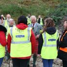 Le prince Charles discutent avec des bénévoles de l'association de nettoyage des plages en Écosse