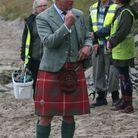 Le prince Charles en kilt sur la plage de Scrabster