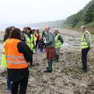 Le prince Charles en visite à la plage de Scrabster en Écosse rencontre des bénévoles qui nettoient les plages