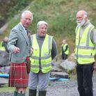 Le prince Charles rencontre Dorcas et Allan Sinclair, les fondateurs d'une association de nettoyage des plages.