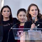 Natalie Portman soutenue par Eva Longoria et Constance Wu pendant son discours
