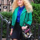 Chevelure blonde et bouclée et accessoires décalés
