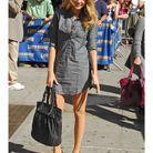 Petite robe chemise grise, cascade de boucles blondes… et nouveau sac Chanel au bras !