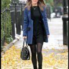 C'est l'un de nos préférés : on adore ce manteau bicolore bleu Klein et noir qui lui confère une allure ultra élégante.