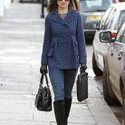 Pour un dimanche à la cool, Pippa Middleton sort son manteau en tweed bleu et la joue simple en l'associant à un jean et à des bottes en daim noir.