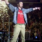 En T-shirt et treillis en 2002