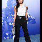 En pantalon de smoking et chemisier blanc, Kim affiche un look un peu plus classe