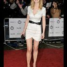 People tendance mode look robe blanche Rosamund Pike