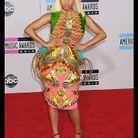 Elle aime les couleurs, les paillettes et les motifs fous… Elle a trouvé son bonheur avec le créateur Manish Arora pour sa robe lors des American Music Awards 2012.