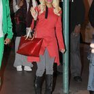 Pour se rendre au restaurant, Nicki mise sur la discrétion : un simple manteau rouge et un jean gris, mais que lui arrive-t-il ?