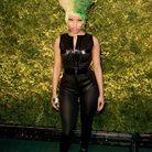 Quand elle est sobre au niveau de la tenue, Nicki Minaj opte pour une tignasse bariolée comme cette afro blonde à droite, verte à gauche!
