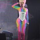 Sur scène, la rappeuse fait revivre l'imprimé tie & dye avec une combi aux couleurs de l'arc-en-ciel!