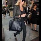 Charlize Theron  et son sac « Paper » de Balenciaga
