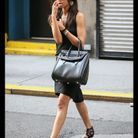 Zoe Saldana et le sac « Heroïne » d'Alexander McQueen.