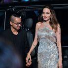 Angelina Jolie prend la main de son fils Maddox