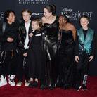 La star plaisante avec ses enfants sur le tapis rouge