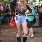 Sophie Turner en Banana Republic et Mulberry