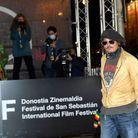Johnny Depp pose devant une pancarte du Festival de Saint-Sébastien