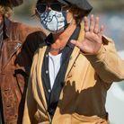Johnny Depp salue les photographes
