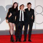 Charlotte Gainsbourg radieuse face à Yvan et Ben Attal
