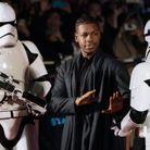 John Boyega entre deux Stormtroopers