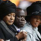 Winnie Madikizela-Mandela à gauche