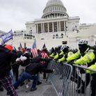 Les manifestants face à la police devant le Capitole