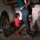 Enfant en pleurs à la frontière mexicaine