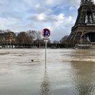 La tour Eiffel semble sortir des eaux