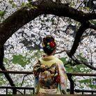 Une femme pose dans un kimono traditionnel.