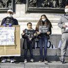 Une famille d'enseignants pose place de la République