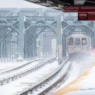 Un arrêt de métro sous la neige