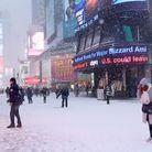Times Square de blanc vêtu