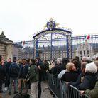 La queue devant la grille de l'hôtel des Invalides
