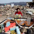 Societe actualite japon tsunami femme debris maison