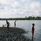 Des enfants au bord du fleuve