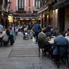 À Madrid (Espagne), les bars et restaurants sont ouverts.