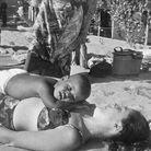 Barack Obama jeune et sa mère, Ann Dunham, à la plage