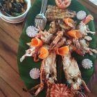 Déguster du homard grillé sur une plage de carte postale